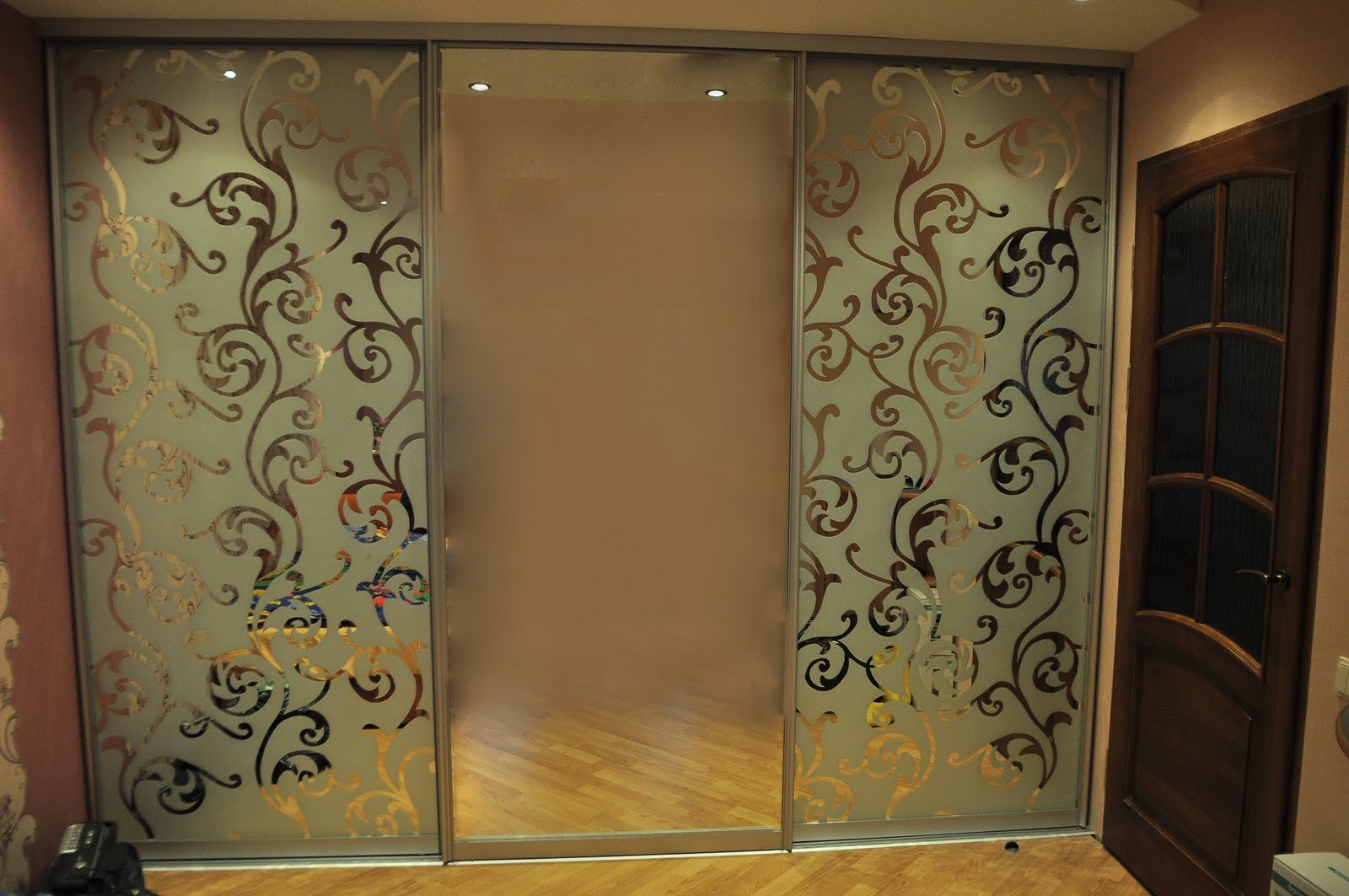 Шкафы купе с пескоструйным рисунком на зеркале в спб